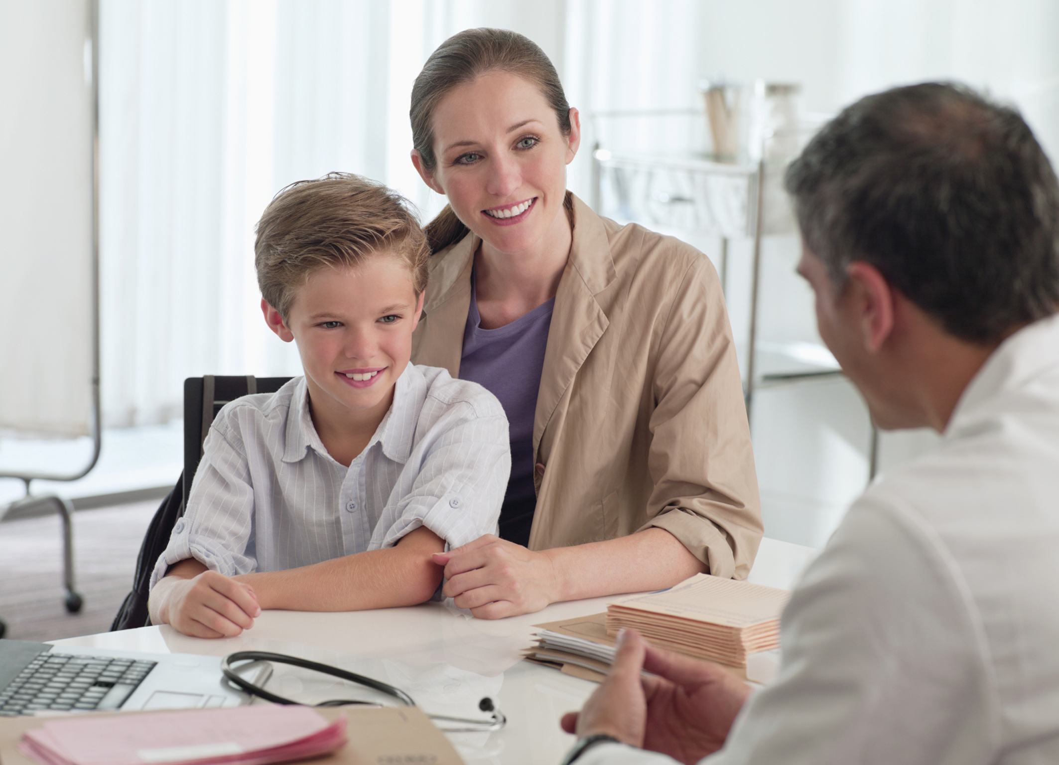 Mutter und Sohn beim Arzt