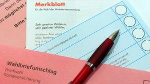 ILLUSTRATION - ARCHIV - Wahlunterlagen zur «Sozialversicherungswahl» liegen am 25.04.2017 auf einem Tisch in Dresden (Sachsen). Der DGB Nord ruft alle Versicherten zur Teilnahme an der Sozialwahl auf. Foto: Arno Burgi/dpa-Zentralbild/dpa +++(c) dpa - Bildfunk+++